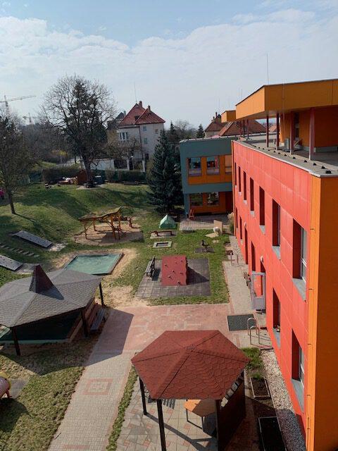 pohled na zahradu MŠ z výšky 2