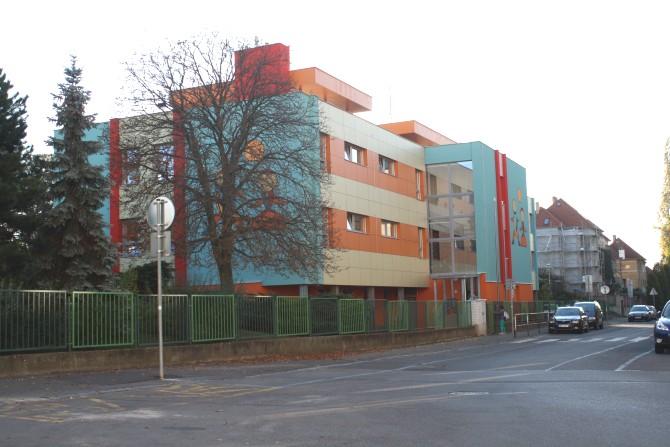 Budova školy - pohled z ulice od Spojovací
