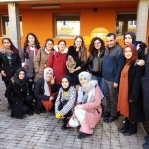 Erasmus návštěva z Turecka společné foto na zahradě MŠ